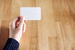 空白名片藏品妇女 免版税库存照片
