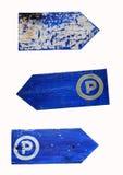 空白和停车处路标,在白色隔绝的脏的木箭头标志 库存图片