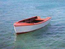 空白和红色小船 库存照片