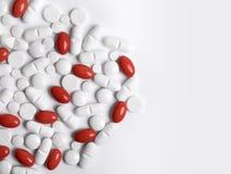 空白和红色药片 图库摄影
