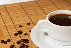 空白咖啡在一张柳条桌布的 库存图片