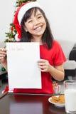 空白女孩信函显示的小的圣诞老人 免版税库存照片