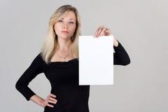 空白女孩纸张页显示年轻人 免版税库存照片