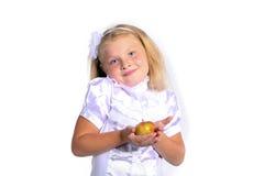 空白女衬衫的新学校女孩 免版税库存照片