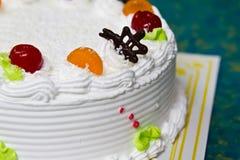 空白奶油色蛋糕。 库存照片