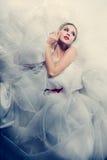 空白婚礼礼服的美丽的新娘 免版税库存图片