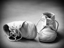 空白婴孩黑色的鞋子 免版税库存照片