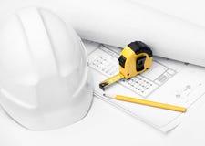 空白安全帽,在白色查出的卷尺 免版税图库摄影