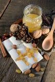 空白巧克力的葡萄干 免版税库存照片