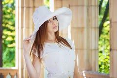 空白帽子的妇女 免版税库存图片