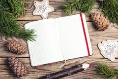 空白开放笔记本、杉木分支、雪松锥体和装饰 图库摄影