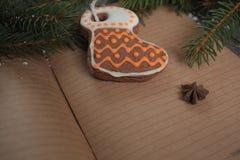 空白开放笔记本,圣诞树,雪,姜饼, 免版税图库摄影