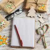 空白开放笔记薄,圣诞节礼物,糖果 图库摄影