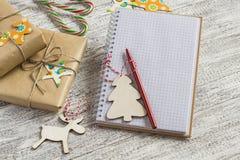 空白开放笔记薄,圣诞节礼物,糖果 免版税图库摄影