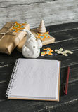 空白开放笔记薄,陶瓷圣诞老人,圣诞节礼物 免版税库存图片