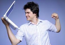 空白恼怒的男孩笔记本照片的工作室 免版税库存照片