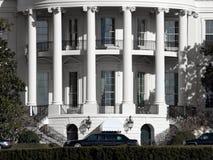 空白房子的大型高级轿车 免版税库存照片