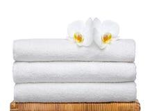 空白新鲜的兰花的毛巾 免版税库存图片