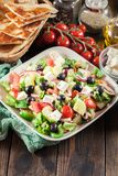 空白新鲜的希腊查出的路径沙拉的蔬菜 库存照片