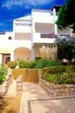 空白旅馆、绿色植物和蓝天 免版税库存照片