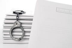 空白案件文件把老金属扣上手铐 库存照片