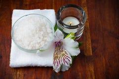 空白毛巾、芳香盐和花 免版税库存图片