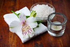 空白毛巾、芳香盐和花 免版税库存照片