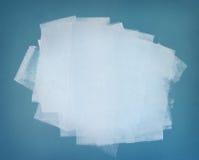空白油漆。 在蓝色墙壁上的绘画的技巧 免版税库存图片