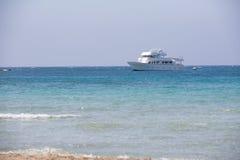 空白游艇在海运 库存图片