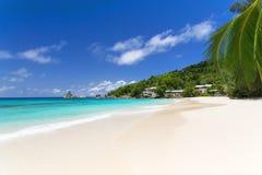 空白珊瑚海滩沙子和天蓝色印度洋。 库存照片