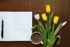 空白的书、郁金香和咖啡 库存照片