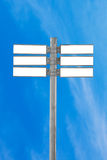 空白的交通标志,与蓝天的空白的路标 免版税库存图片