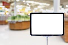 空白的价格委员会用新鲜食品在超级市场 库存照片