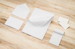 空白的信封、名片和白色模板纸在木 库存照片