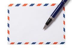 空白的信封和笔与裁减路线 免版税库存照片