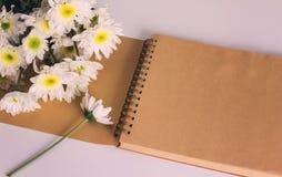 空白的区域笔记本或日志与花在葡萄酒口气 库存图片