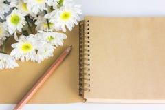 空白的区域笔记本或日志与花 免版税库存照片