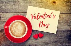 空白的华伦泰贺卡和红色咖啡杯 库存照片