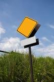 空白的反对蓝天的路警报信号 库存照片