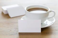 空白的名片和咖啡在木桌上的 库存照片