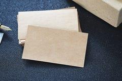 空白的名片嘲笑从在桌上的纸板设计商务联系的 免版税库存照片