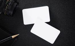 空白的名片嘲笑在设计商务联系的桌上 库存图片
