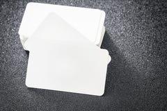 空白的名片嘲笑在设计商务联系的黑暗的桌上 库存图片