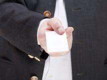 空白的名片正面图在男性手上 库存照片