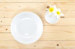 空白的圈子碗和一点碗在木背景 库存照片