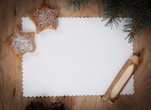空白的圣诞卡、杉木锥体和铅笔在木backgroun 库存图片