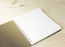 空白的在木桌上的笔记本第一本页起动日志与从窗口的阳光 免版税库存图片