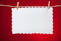 空白的在红色背景的葡萄酒白皮书 免版税库存图片