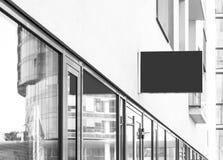 空白的垂悬的公司墙壁标志 库存图片