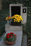 空白的墓碑在一座老公墓 免版税库存图片